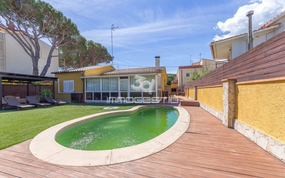 House with swimming pool at 50m from the beach