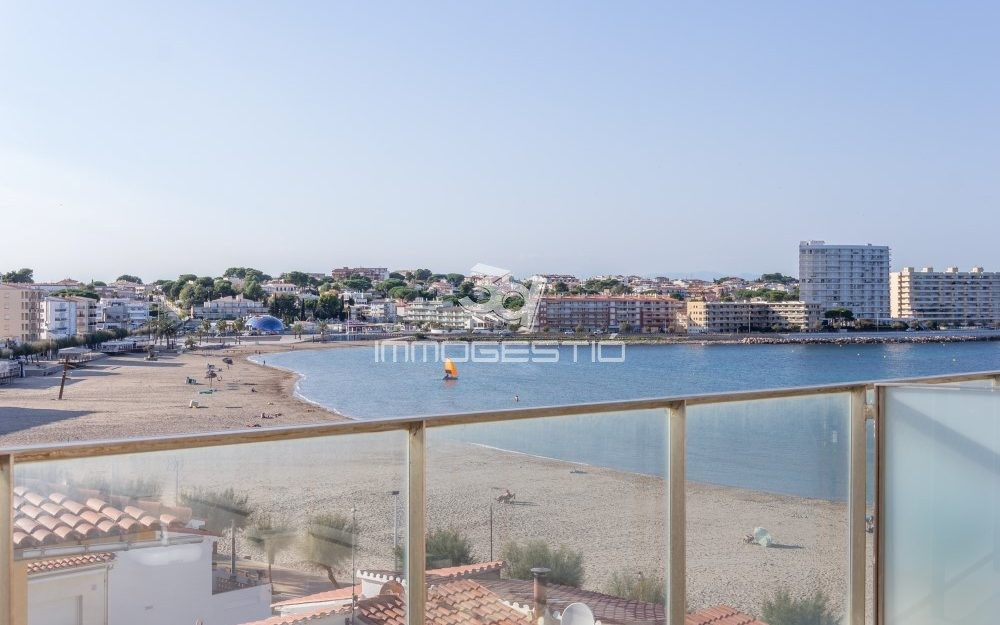Sea views penthouse apartment in L'Escala