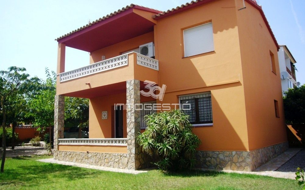 House with large garden at 400m from the beach
