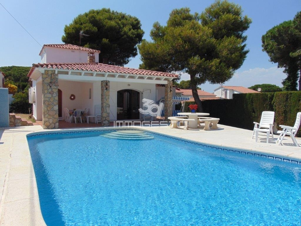 House with private swimming pool in Puig Sec, L\' Escala. Ground floor villa  with 600sqm plot. Distribution: spacious living room with fire place, ...