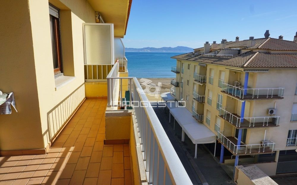 Terraced apartment with sea views in L'Escala