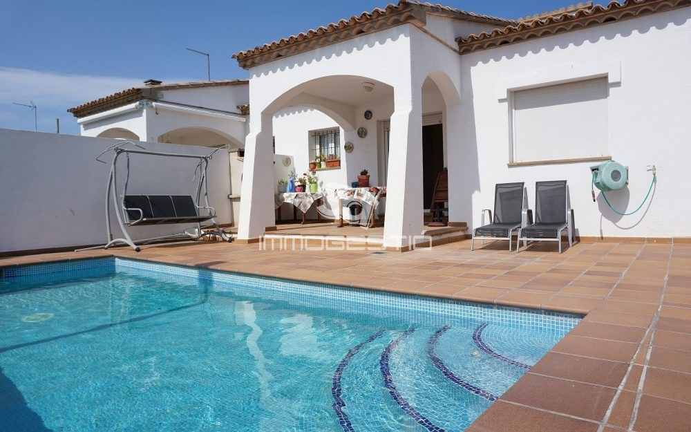 Ground floor villa with swimming pool and garage