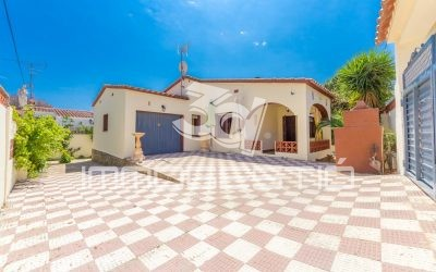 House with private garden and garage in L'Escala