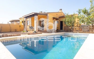 Detached house with private swimming pool